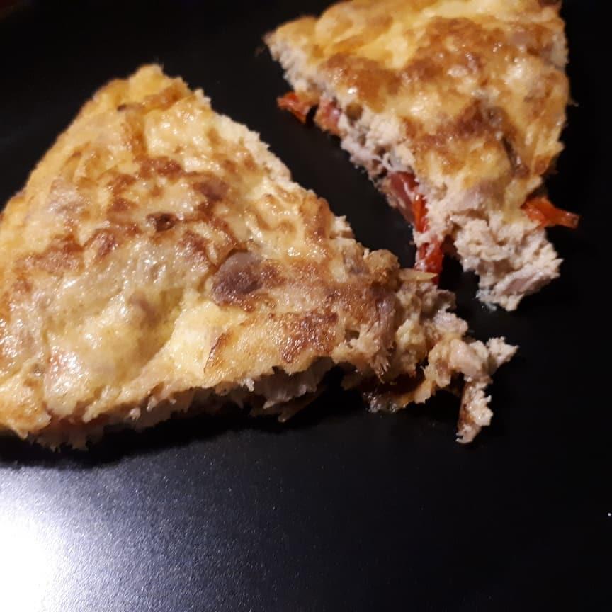 Tortilla de atún en escabeche y pimiento rojo